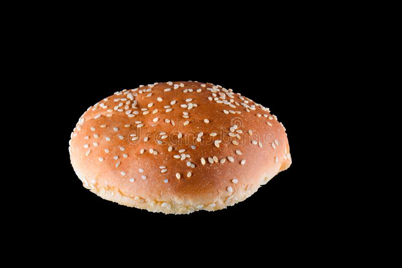 Geroosterd die hamburgerbroodje op zwarte achtergrond wordt geïsoleerd Sluit omhoog royalty-vrije stock afbeelding