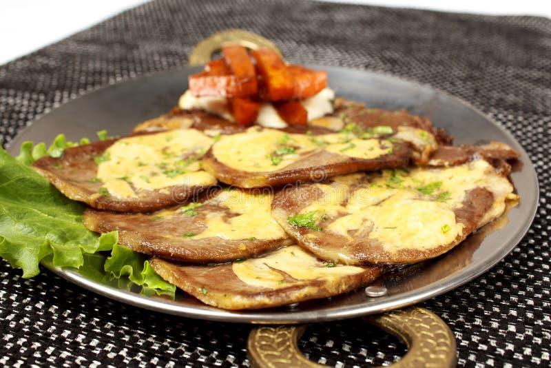 Geroosterd die Varkensvleeslapje vlees op been met kaas, geroosterde groenten wordt gevuld stock foto's
