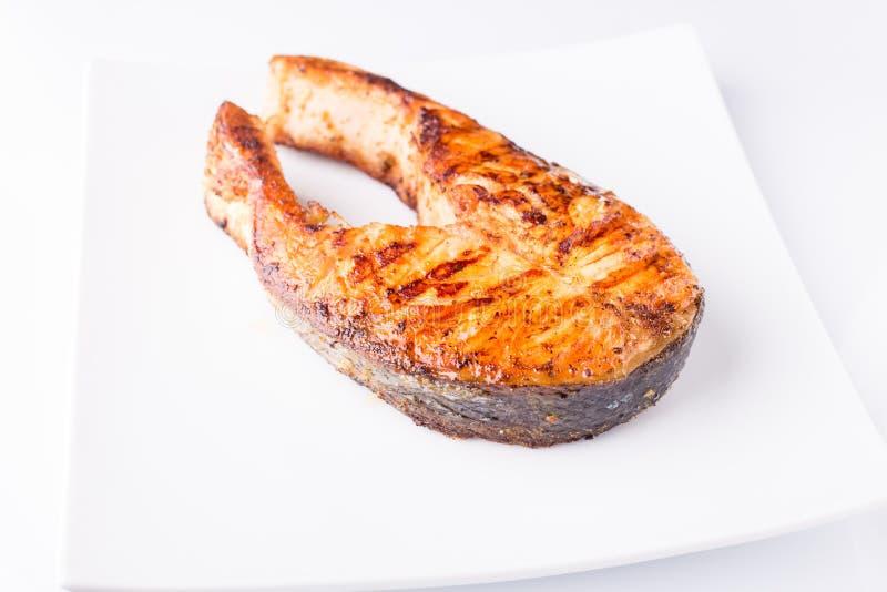Geroosterd die zalmlapje vlees op witte plaat wordt geïsoleerd royalty-vrije stock foto's
