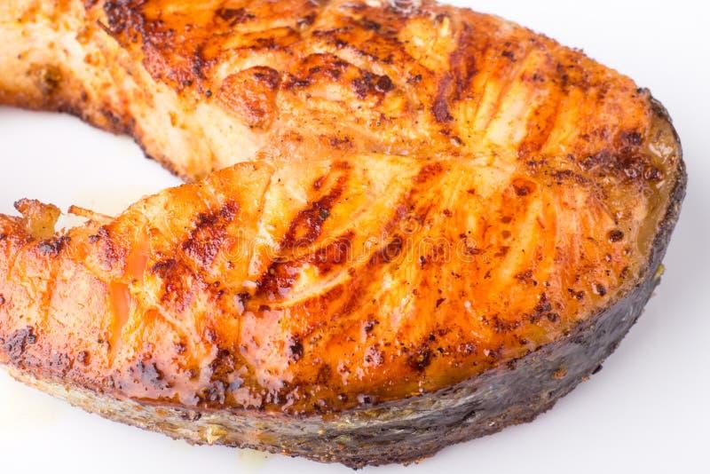 Geroosterd die zalmlapje vlees op witte plaat wordt geïsoleerd stock fotografie