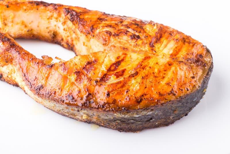 Geroosterd die zalmlapje vlees op witte plaat wordt geïsoleerd stock afbeelding