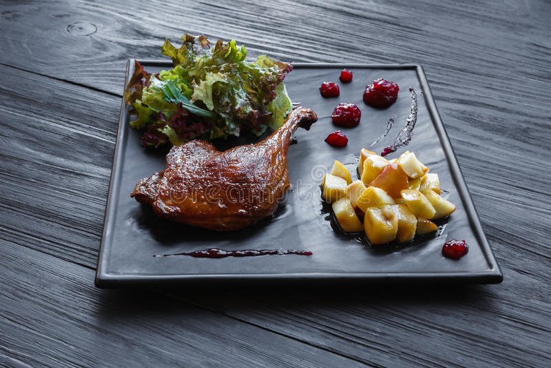 Geroosterd eendbeen, de close-up van het restaurantvoedsel stock afbeeldingen