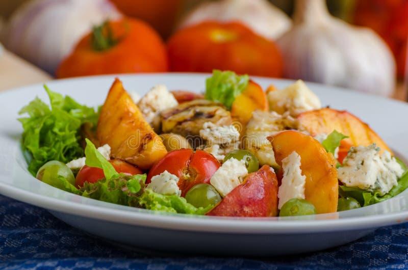 Geroosterd fruit met schimmelkaas en salade royalty-vrije stock afbeeldingen