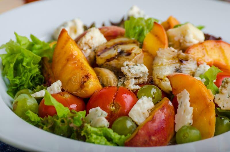 Geroosterd fruit met schimmelkaas en salade stock fotografie