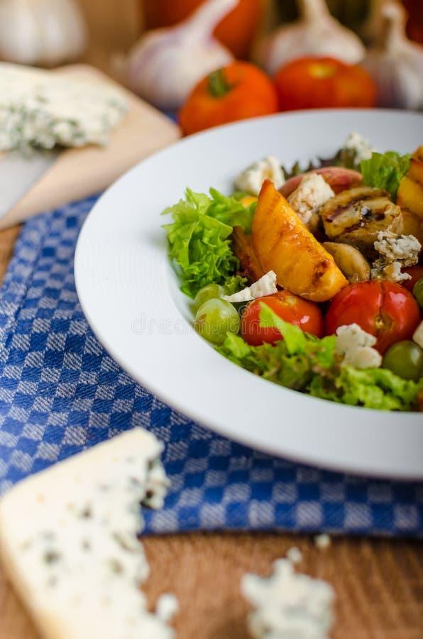 Geroosterd fruit met schimmelkaas en salade stock afbeelding