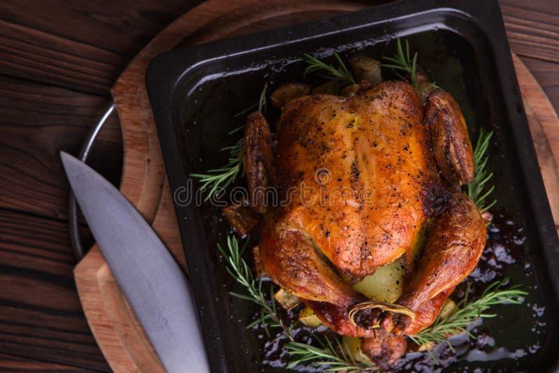Geroosterd geheel kip/Turkije voor viering en vakantie Kerstmis, dankzegging, de vooravonddiner van het nieuwe jaar royalty-vrije stock foto