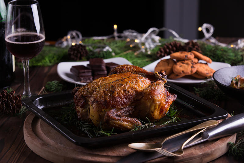 Geroosterd geheel kip/Turkije voor viering en vakantie Kerstmis, dankzegging, de vooravonddiner van het nieuwe jaar stock foto's