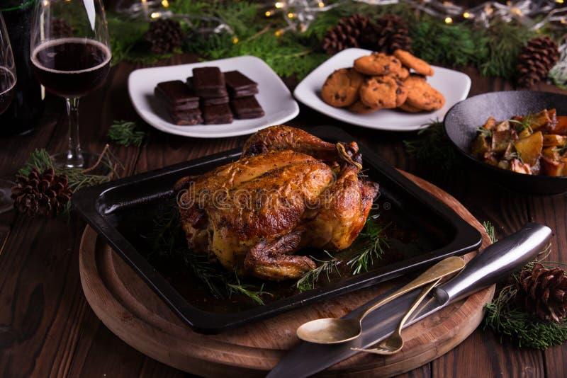 Geroosterd geheel kip/Turkije voor viering en vakantie Kerstmis, dankzegging, de vooravonddiner van het nieuwe jaar stock afbeeldingen