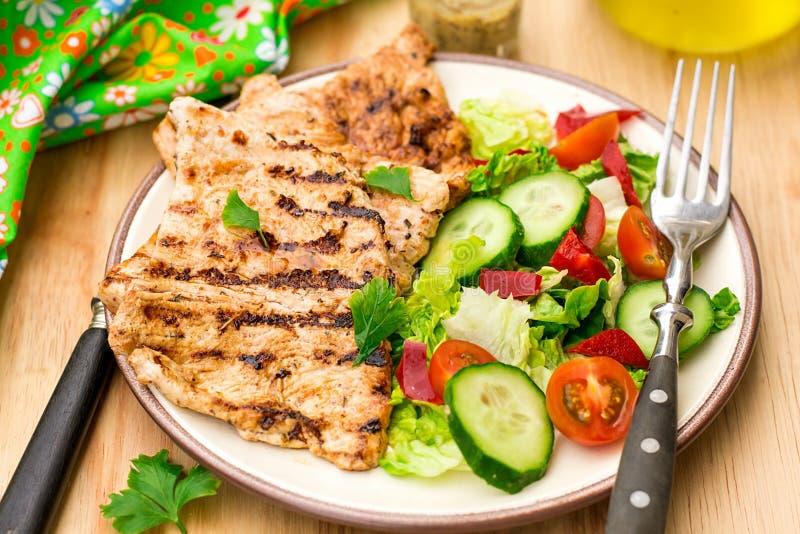 Geroosterd gemarineerd Turkije met verse groenten stock fotografie