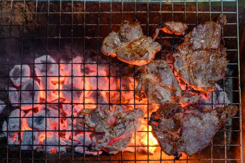 Geroosterd gemarineerd varkensvlees bij de houtskoolgrill in diner stock fotografie