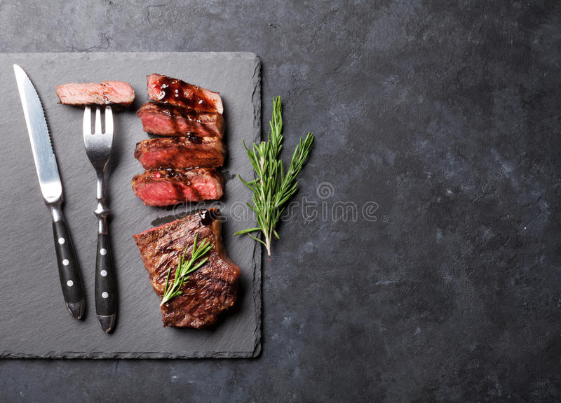 Geroosterd gesneden rundvleeslapje vlees stock foto's