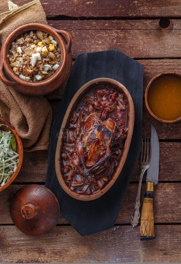 Geroosterd Hazel Grouse-vlees met buckweathavermoutpap en Amerikaanse veenbessaus stock foto's