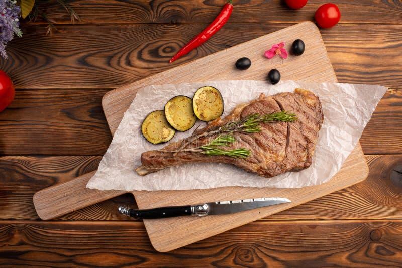 Geroosterd lapje vlees met citroen op een houten achtergrond stock afbeeldingen