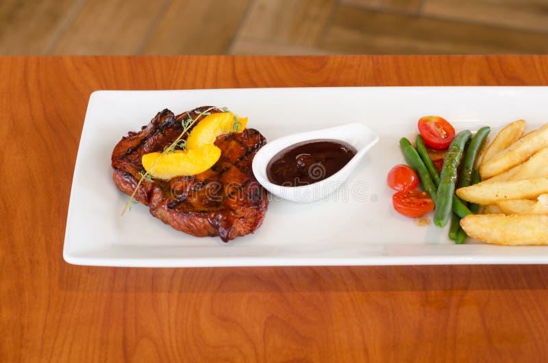 Geroosterd lapje vlees met frieten royalty-vrije stock afbeeldingen