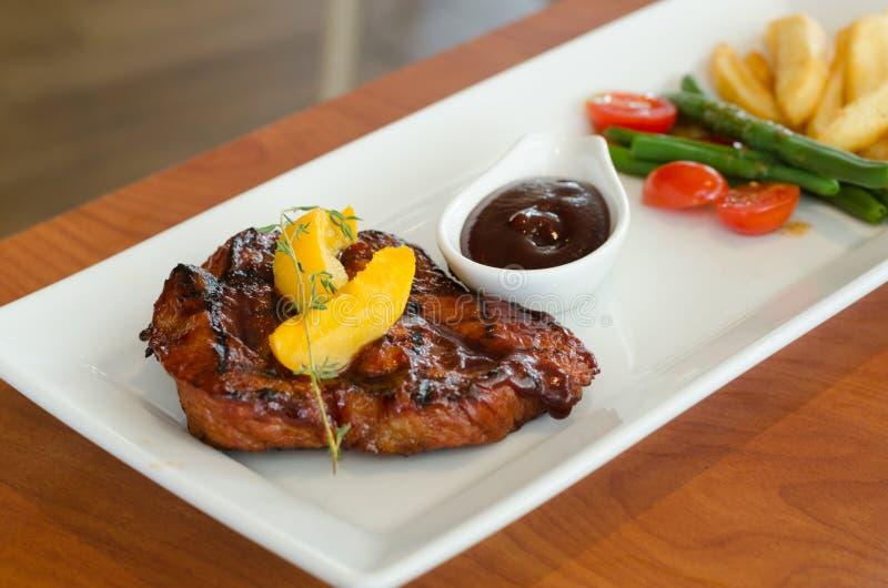 Geroosterd lapje vlees met frieten en groenten royalty-vrije stock foto
