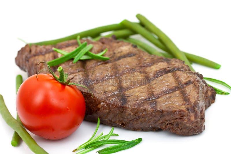 Geroosterd lapje vlees met geïsoleerdee tomaat en slabonen, stock foto
