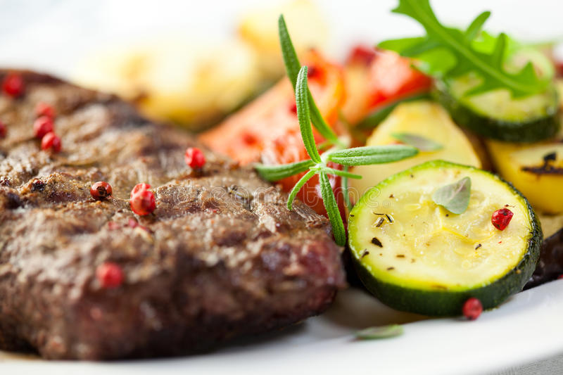 Geroosterd lapje vlees met groenten stock foto's