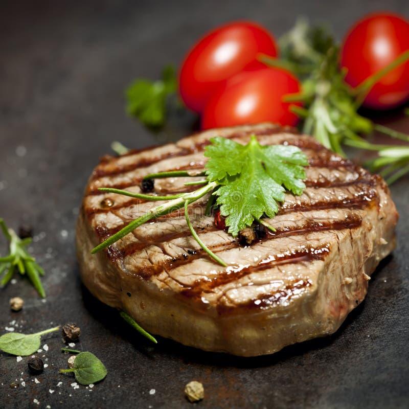 Geroosterd Lapje vlees met Kruiden en Tomaten stock afbeelding