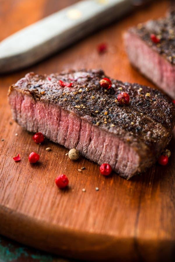 Geroosterd lapje vlees met peperbollen stock afbeeldingen