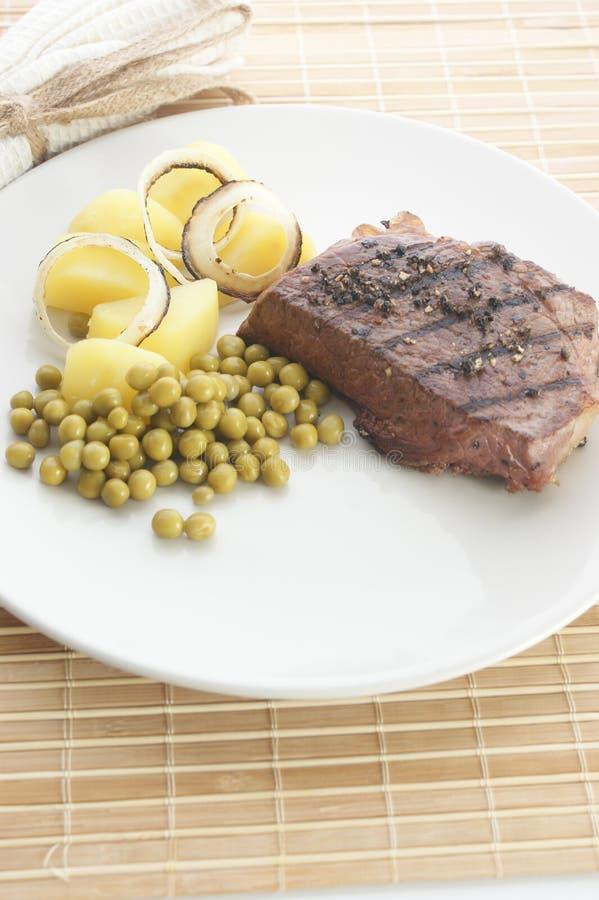 Download Geroosterd Peperlapje Vlees Met Aardappel En Erwt Stock Afbeelding - Afbeelding bestaande uit gastronomie, geroosterd: 10783331