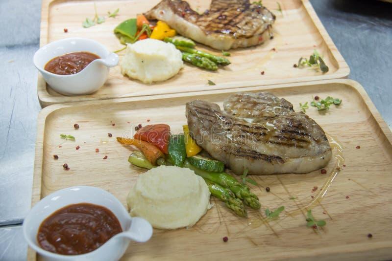 Geroosterd ribeye lapje vlees met aardappel in de schil en groenten royalty-vrije stock afbeelding