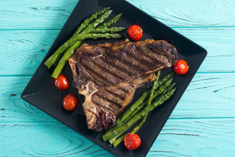 Geroosterd Riblapje vlees met asperge en kersentomaten stock fotografie