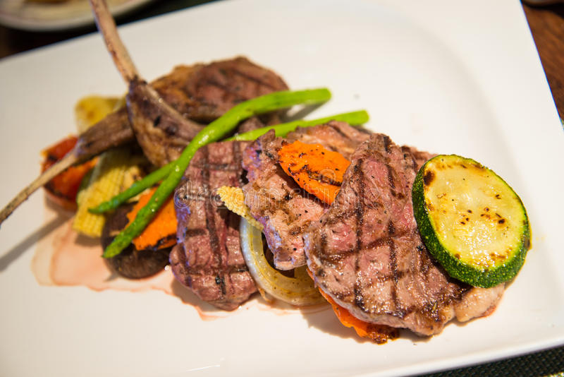 Geroosterd rundvlees en lamslapje vlees met groenten royalty-vrije stock fotografie