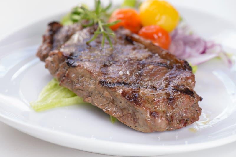Download Geroosterd Rundvleeslapje Vlees Met Sommige Groenten Stock Foto - Afbeelding bestaande uit varkensvlees, heet: 39110226
