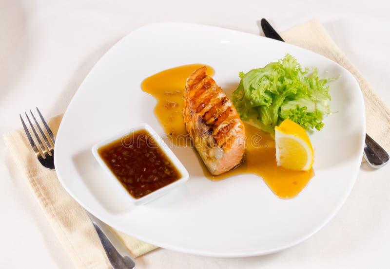 Geroosterd Salmon Dish met Saus en versiert stock afbeeldingen