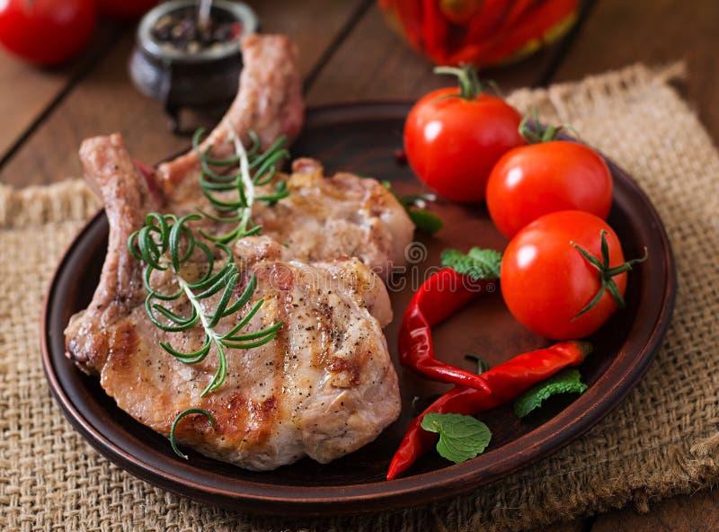 Geroosterd sappig lapje vlees op het been met groenten royalty-vrije stock foto's