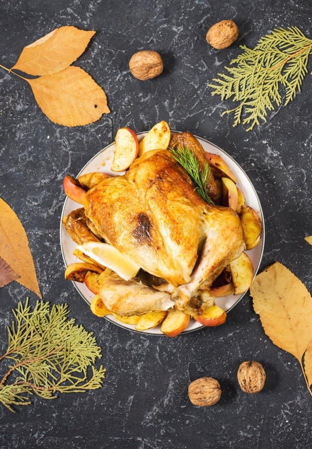 Geroosterd Turkije met appelen op een rustieke die steenlijst met okkernoot en de herfstblad wordt verfraaid Vlak leg stock foto's
