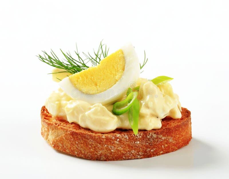 Geroosterd uitgespreid brood en ei stock foto