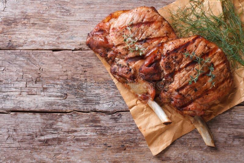 Geroosterd varkensvlees met kruiden op een oud de meningsclose-up van de lijstbovenkant stock fotografie