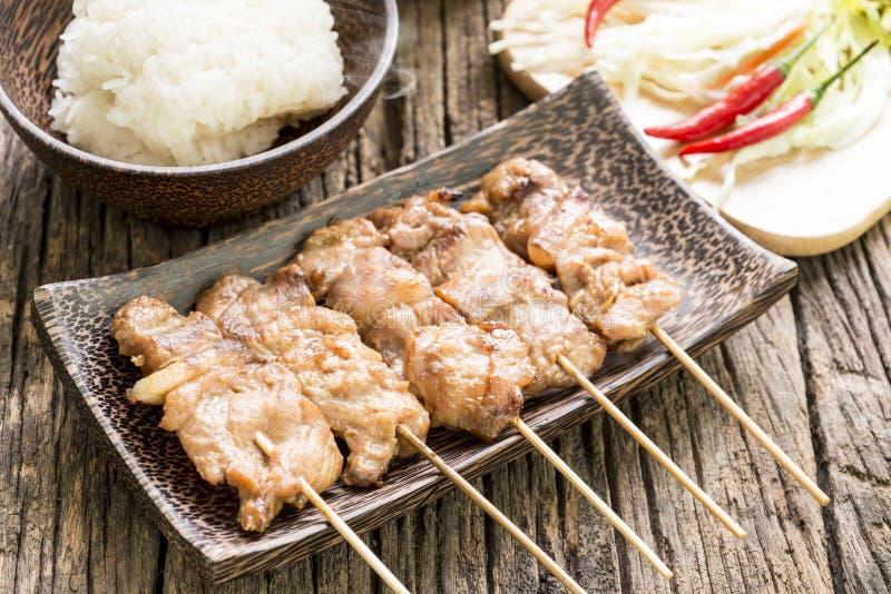 Geroosterd varkensvlees met witte kleverige rijst op houten lijst royalty-vrije stock afbeeldingen