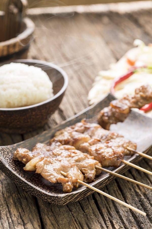 Geroosterd varkensvlees met witte kleverige rijst op houten lijst stock foto