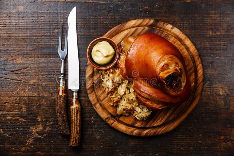 Geroosterd varkensvleesgewricht eisbein met gesmoorde gekookte kool royalty-vrije stock afbeeldingen