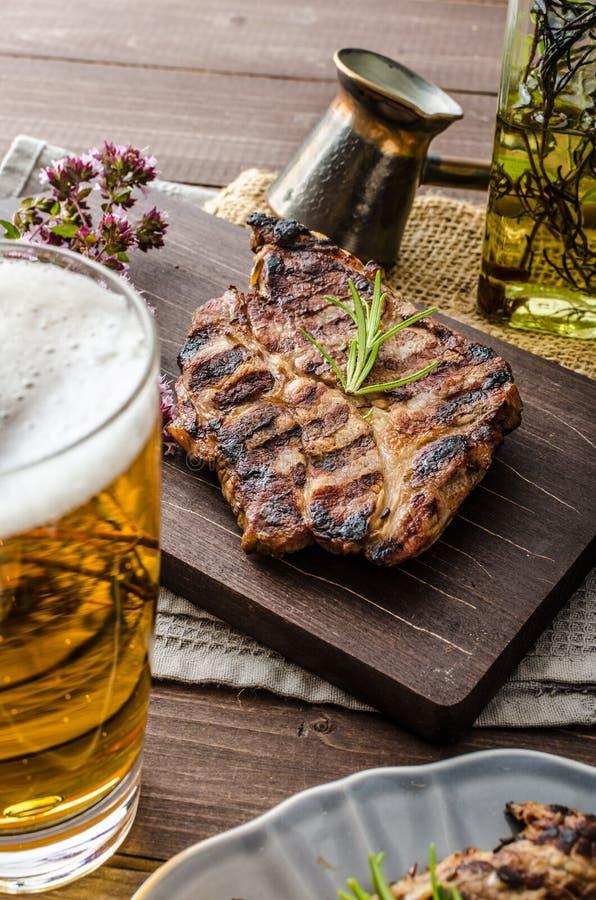 Geroosterd varkensvleesvlees met bier royalty-vrije stock foto's