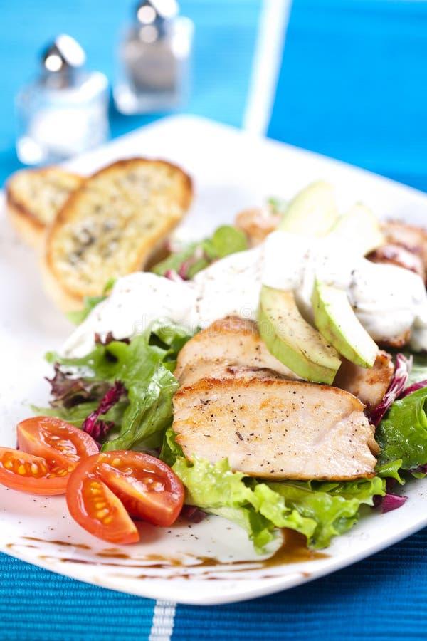 Geroosterd varkensvleesvlees met verse groene salade stock afbeeldingen