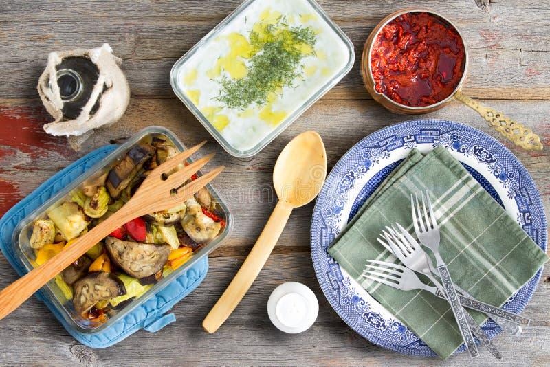 Geroosterd veggies, tzatziki, cacik en peperdeeg royalty-vrije stock fotografie
