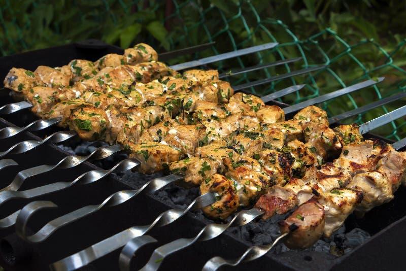 Geroosterd vlees in een groene tuin stock foto's
