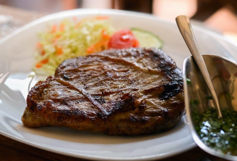 Geroosterd vlees in een plaat stock afbeeldingen