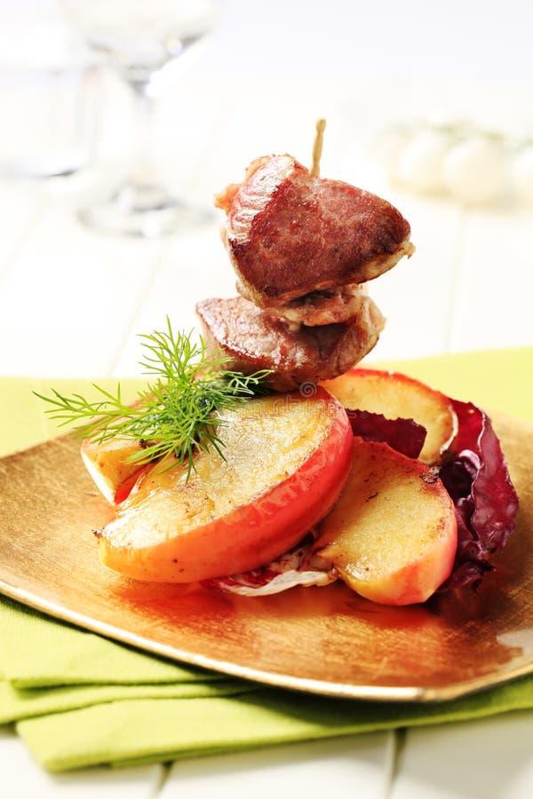Geroosterd vlees en gebakken appel stock afbeelding