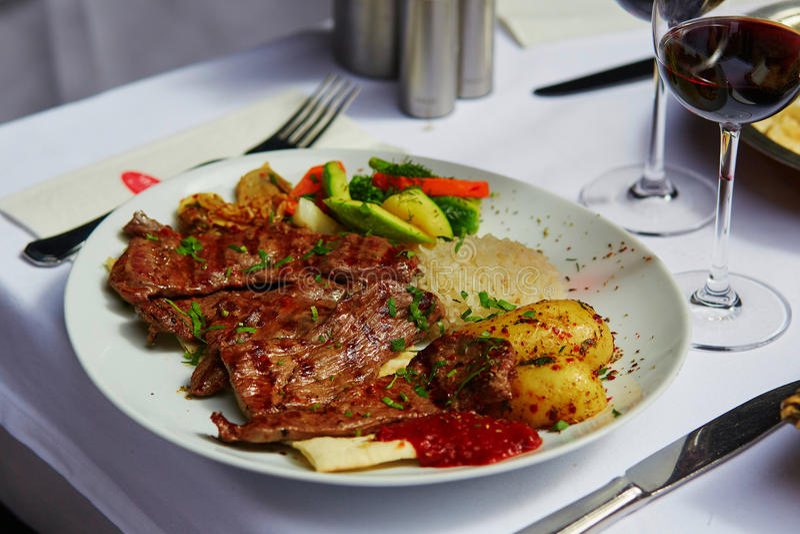 Geroosterd vlees en gebakken groenten in een Turks restaurant stock foto