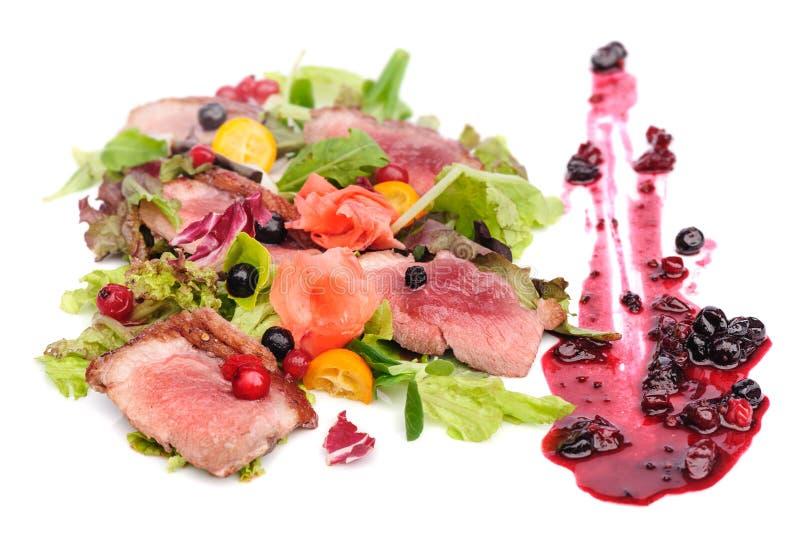 Geroosterd vlees met Amerikaanse veenbes en blackcurrant saus royalty-vrije stock afbeeldingen