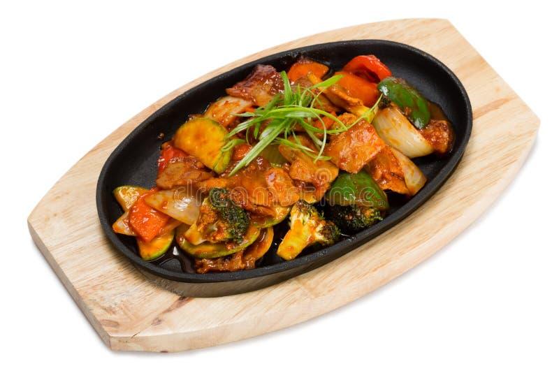 Geroosterd vlees met groenten in een koekepan stock foto's
