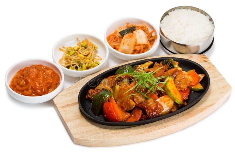 Geroosterd vlees met groenten in een koekepan stock afbeeldingen