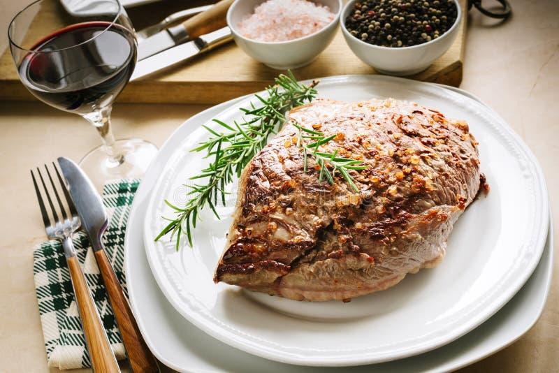 Geroosterd vlees met rozemarijn, zout en peper in korrels stock fotografie