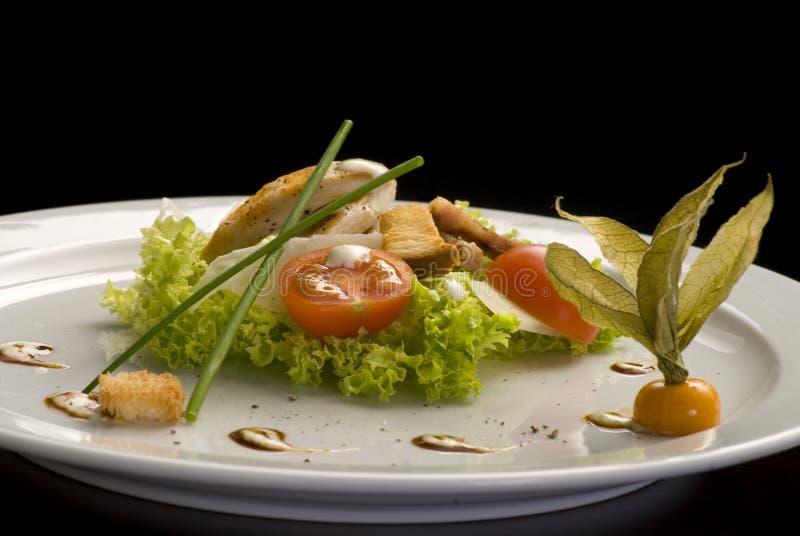 geroosterd vlees met salade en kersentomaten in een witte plaat royalty-vrije stock foto