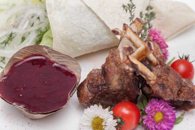 Geroosterd vlees met saus stock foto