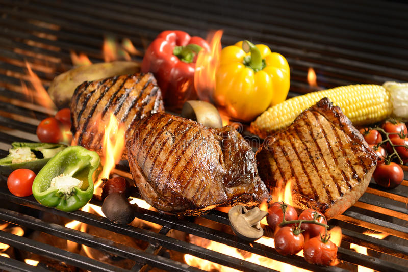 Geroosterd vlees /steak met groente royalty-vrije stock foto's